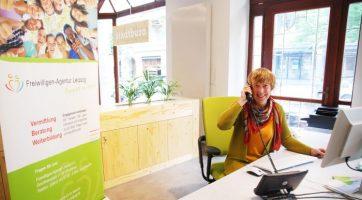Mitarbeiterin Engagement.Impuls im Stadtbüro bei der telefonischen Beratung