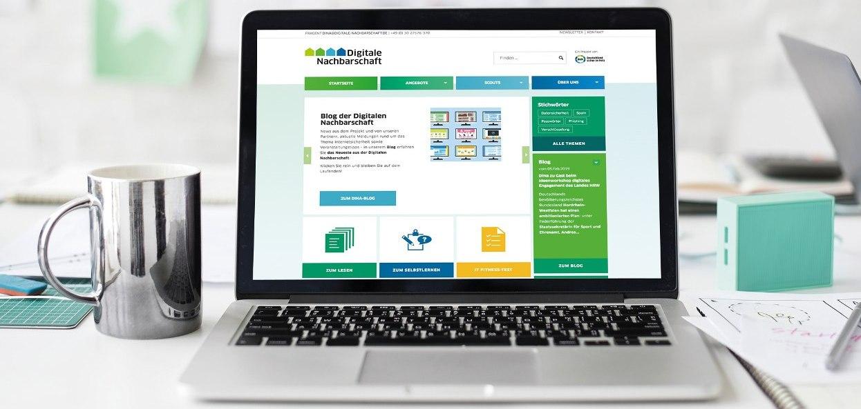 Aufgeklappter Laptop mit Ansicht der Webseite Digitale Nachbarschaft