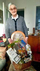 Gisela Löffler erhält einen Präsentkorb zum Jubiläum der Seniorensicherheitsberatung.