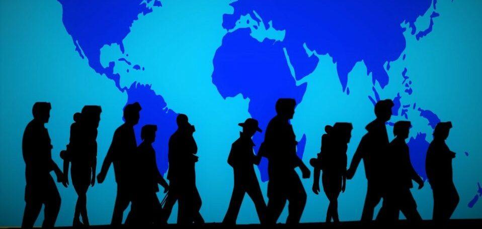 Große blaue Weltkarte, in deren Vordergrund man die Silhouette von mehreren Menschen mit teils Rucksäcken oder Kindertragen auf dem Rücken, die alle in die gleiche Richtung gehen, sieht.